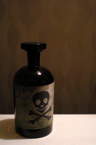 I contenitori di veleno non hanno più solo un grosso simbolo del teschio con le due tibie incrociate. La cosa non solo è deludente ma continua a ricordarmi che non sarò mai un vero pirata. Mai.